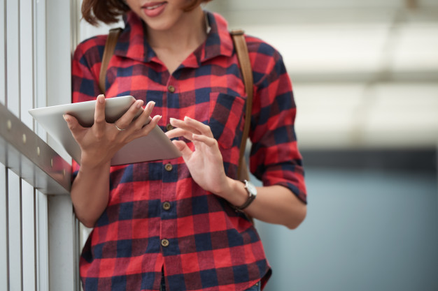 cropped-student-using-education-application-her-tablet-pc-college_1098-18787