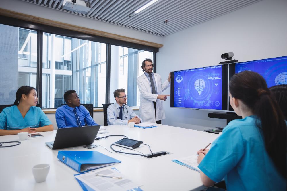 doctor-giving-presentation-team-interim-doctors