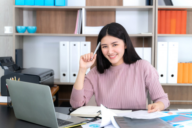 lifestyle-beautiful-asian-business-young-woman-using-laptop-computer-office-desk_1150-15422