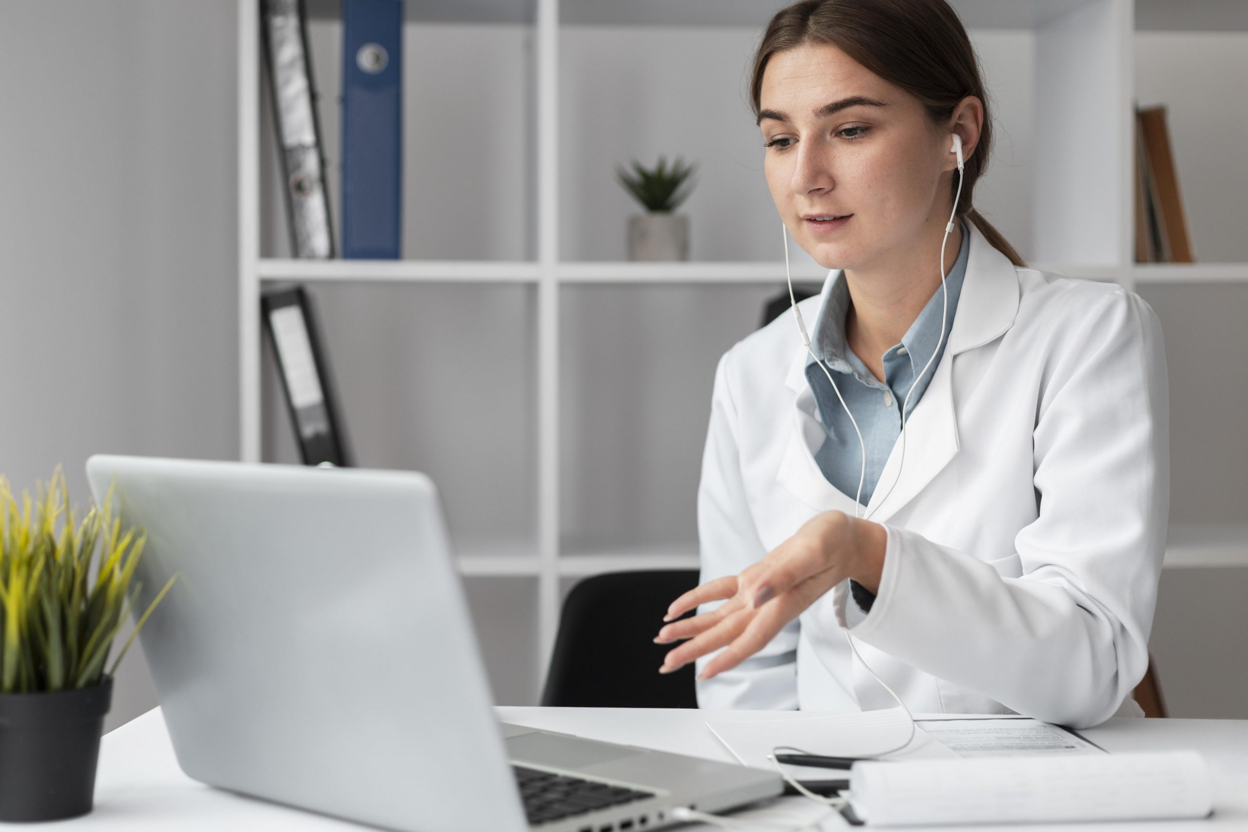 portrait-doctor-video-conferencing-clinic